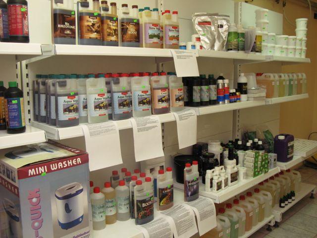 Полки с удобрениями в нашем магазине